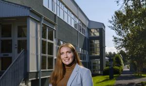 Sandra Mjöll fyrir framan Raunvísindastofnun Háskólans við Dunhaga 3